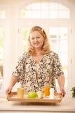 Donna maggiore che mantiene dieta Immagine Stock