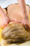 Donna maggiore che ottiene un massaggio profondo delle spalle Fotografia Stock