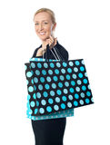 Donna maggiore che propone con il sacchetto di acquisto punteggiato Fotografie Stock