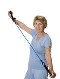 Donna maggiore che si esercita con la fascia di resistenza Fotografia Stock Libera da Diritti