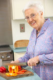 Donna maggiore che taglia le verdure a pezzi Fotografia Stock Libera da Diritti