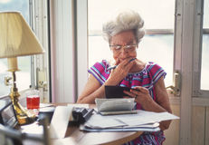 Donna maggiore con finances_3 immagini stock libere da diritti