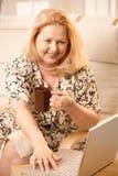 Donna maggiore con il calcolatore Immagini Stock Libere da Diritti