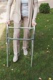 Donna maggiore con il camminatore fotografie stock libere da diritti