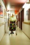 Donna maggiore con il camminatore fotografia stock
