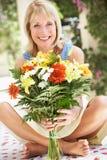 Donna maggiore con il mazzo di fiori Fotografie Stock Libere da Diritti
