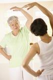 Donna maggiore con l'addestratore personale di forma fisica Immagini Stock Libere da Diritti