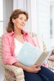 Donna maggiore con l'album di foto Immagine Stock Libera da Diritti