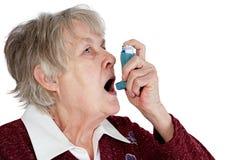 Donna maggiore con l'inalatore di asma Fotografie Stock Libere da Diritti