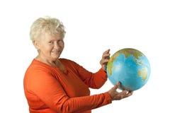 Donna maggiore con un globo fotografia stock