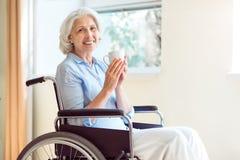 donna maggiore della sedia a rotelle fotografie stock libere da diritti