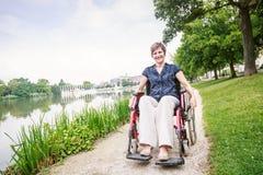 donna maggiore della sedia a rotelle immagine stock libera da diritti