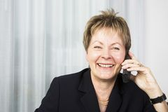 Donna maggiore di affari sul telefono Immagini Stock Libere da Diritti