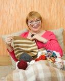 Donna maggiore di lavoro a maglia Fotografia Stock Libera da Diritti