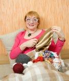 Donna maggiore di lavoro a maglia Immagini Stock Libere da Diritti