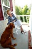 Donna maggiore ed il suo cane Fotografia Stock Libera da Diritti