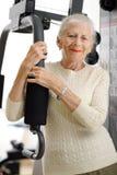 Donna maggiore in ginnastica fotografie stock