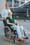Donna maggiore invalida con esteso Fotografie Stock