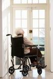 Donna maggiore invalida in sedia a rotelle Fotografie Stock Libere da Diritti