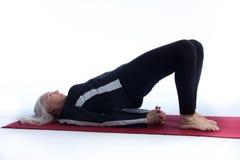 Donna maggiore nella posa di yoga Fotografia Stock