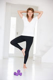Donna maggiore nella posizione di yoga Fotografie Stock