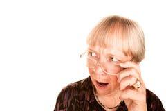 Donna maggiore scossa che osserva sopra la parte superiore del suo g Immagini Stock Libere da Diritti