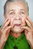 Donna maggiore spaventata e preoccupata con le grinze immagini stock