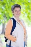 Donna maggiore sulla camminata Immagini Stock