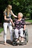 Donna maggiore in una sedia a rotelle Immagini Stock