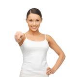 Donna in maglietta bianca in bianco che indica voi Immagini Stock Libere da Diritti