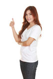 Donna in maglietta bianca in bianco con i pollici in su Fotografie Stock Libere da Diritti
