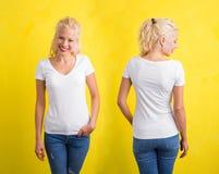 Donna in maglietta bianca del collo a V su fondo giallo Fotografie Stock Libere da Diritti