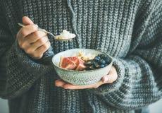 Donna in maglione di lana che mangia il porridge della noce di cocco del riso Fotografia Stock Libera da Diritti