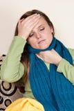 Donna malata a casa che ha influenza Fotografia Stock Libera da Diritti