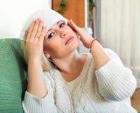 Donna malata che porta giù la temperatura Immagine Stock