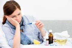 Donna malata che si trova a letto Fotografia Stock