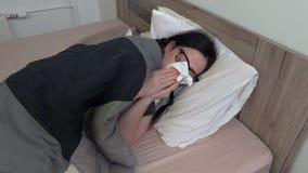 Donna malata che si trova a letto vicino alla medicina stock footage