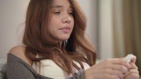 Donna malata che starnutisce a casa Chiuda su dello starnuto e della tosse della giovane donna in camera da letto archivi video