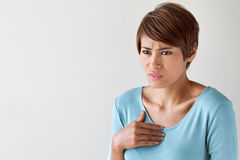 Donna malata con attacco di cuore, dolore toracico, problema sanitario Fotografie Stock Libere da Diritti
