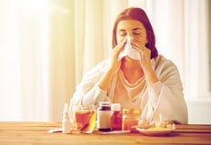 Donna malata con il naso di salto della medicina da pulire fotografie stock libere da diritti