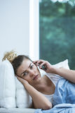 Donna malata con il telefono Fotografia Stock