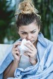 Donna malata con il tessuto Immagine Stock