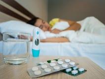 Donna malata coperta di coperta che si trova a letto con la febbre alta Fotografia Stock Libera da Diritti