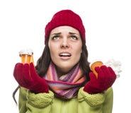 Donna malata della corsa mista con le bottiglie ed il tessuto vuoti della medicina Immagini Stock