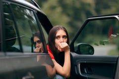 Donna malata di viaggio dell'automobile con i sintomi di cinetosi fotografia stock libera da diritti