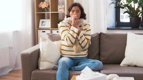 Donna malata infelice in sciarpa che tossisce a casa stock footage