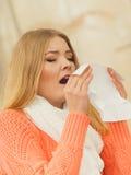 Donna malata malata nel parco di autunno che starnutisce nel tessuto Immagini Stock Libere da Diritti