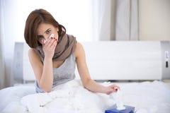 Donna malata sul letto a casa fotografie stock