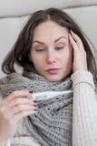 Donna malata triste che ha una febbre alta Fotografia Stock