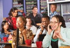 Donna maleducata sul telefono in caffè Fotografia Stock